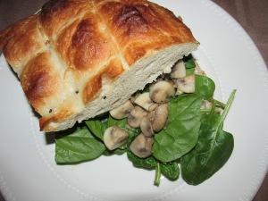 Turks brood met champignons, roomkaas en spinazie