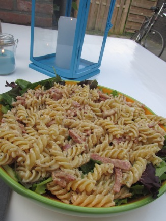 pasta met spekjes, roomkaas en sla