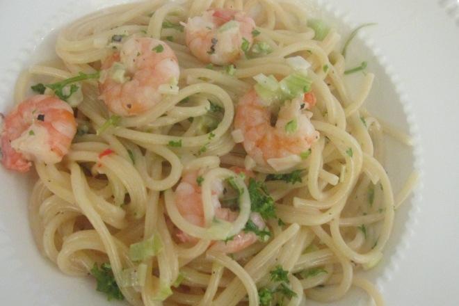 spaghetti met garnalen, lente ui en roomsaus