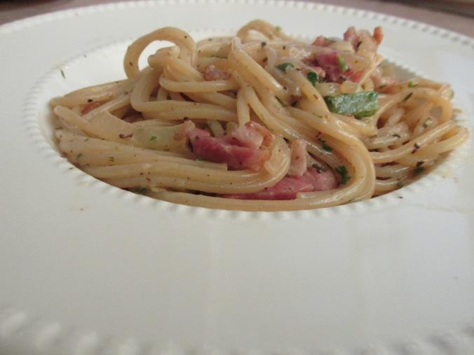 Spaghetti met paprika, rookspekjes en room.