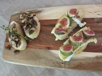 Bruschetta met camembert, vijgen, walnoot en honing.