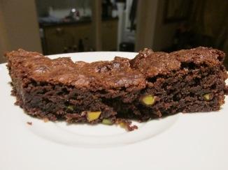 brownie met stukjes witte chocola en pistache nootjes