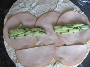 wraps met kruidenroomkaas, gerookte kipfilet en komkommer.