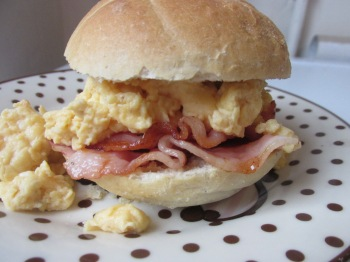 kaiserbroodje met roerei en ontbijtspek