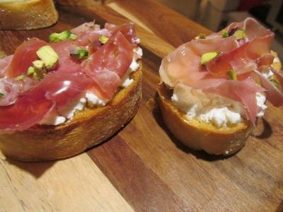 Bruschetta's met geitenkaas, parmaham en honing