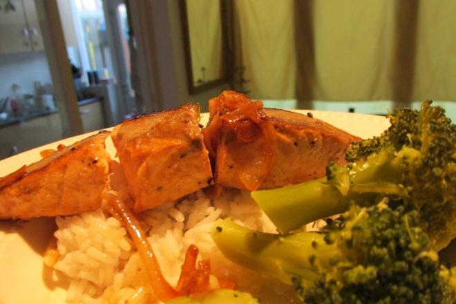 Aziatische zalmfilet met broccoli en rijst.