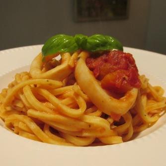Spaghetti met inktvisringetjes in tomatensaus