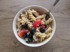 pasta salade met tonijn, paprika en olijven