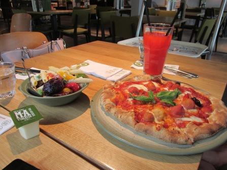 pizza caprese en aardbeien limonade ( la place het Harde)