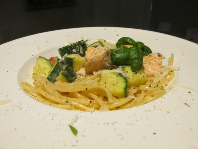 Spaghetti met zalm en courgette in romige Parmezaansaus.