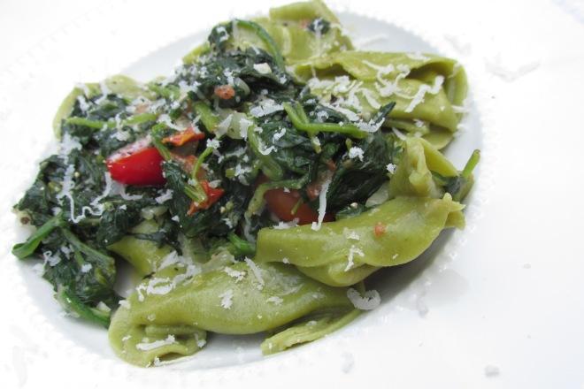 spinazie, ricotta tortelloni met romige parmezaan spinazie.