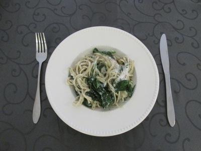 10 snelle, makkelijke, goedkope en gezonde recepten. Pasta met spinazie en geitenkaas.