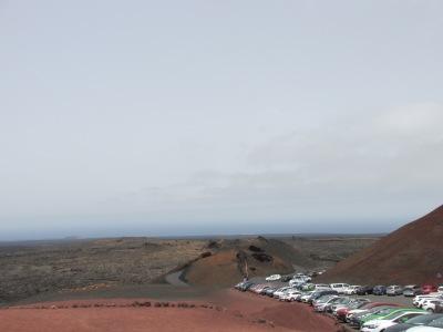 Een dag naar Lanzarote vanaf Fuerteventura. Parkeerplaats Nationaal park Timanfaya Lanzarote.