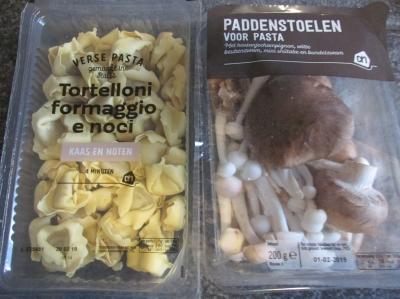 Tortellini met kaas en noten in tomaten paddenstoelensaus.