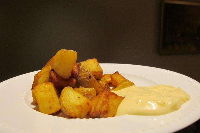 patatas bravas (gefrituurde Spaanse aardappelen)