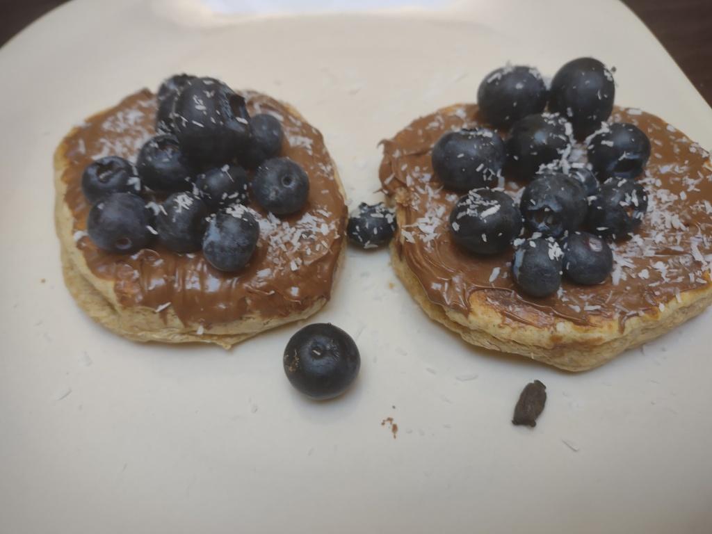pancakes met Nutella, blauwe bessen en kokos