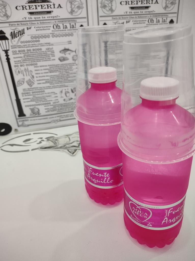 roze waterflesjes