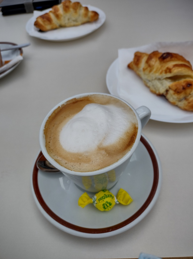 cappuccino en Croissant